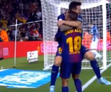 Leo Messi e Jordi Alba [Imagem via YouTube]