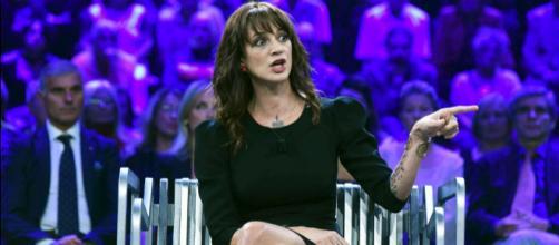 Asia Argento si confessa a Verissimo: scoppia in lacrime quando parla di Anthony Bourdain.