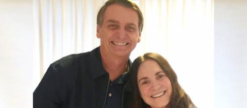 Atriz global posa ao lado de Bolsonaro