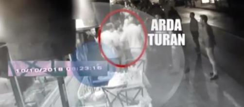 Captura del vídeo de la pelea de Arda Turan. / ABC