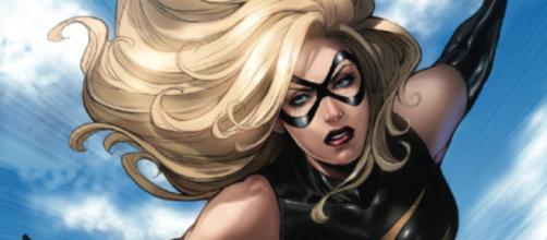 Carol Danvers em sua primeira identidade de super heroína, Miss Marvel.