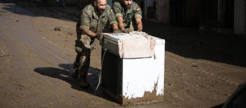 Militares retiran enseres luego de las inundaciones en Mallorca