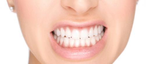 Ranger os dentes ocasiona rachaduras, desgastes e dor nos músculos da mandíbula.