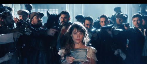 Una escena de la serie de TVE 'El Continental', con Michelle Jenner, metáfora de cómo la audiencia la ha matado por su poca calidad.