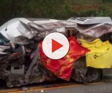 Veículo teve sua lateral destruída.
