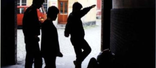 Bari, calci e pugni ad un 20enne per sottrargli il cellulare: arrestati