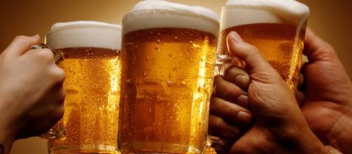 A cerveja é produzida a partir da fermentação da cevada maltada ou de outros cereais