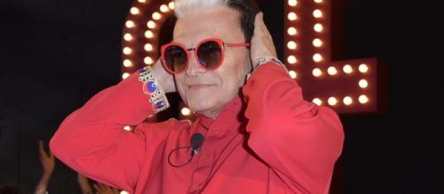 Perché Cristiano Malgioglio porta sempre gli occhiali da sole al ... - fanpage.it