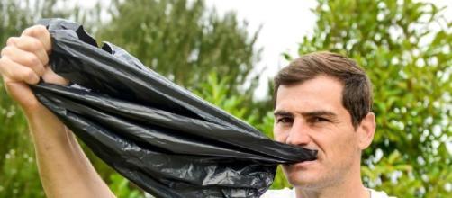 Iker Casillas posa con una bolsa en la boca. / Instagram