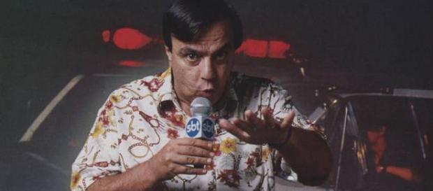 Ex-repórter Gil Gomes cobrindo matéria policial em junho/1992 (Foto: Reprodução/Veja)