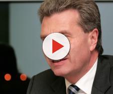 Guenther Oettinger: 'L'UE boccerà la manovra italia', poi in un tweet sdrammatizza i toni