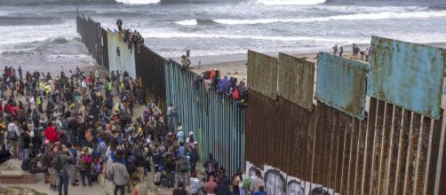 Caravana de inmigrantes centroamericanos quiere ingresar a EEUU. - noticierostcs.com