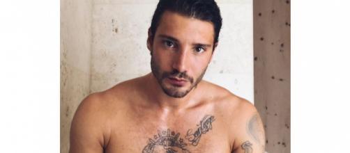 Gossip, Stefano De Martino derubato del suo smartphone: sul web spuntano le foto 'hot'.
