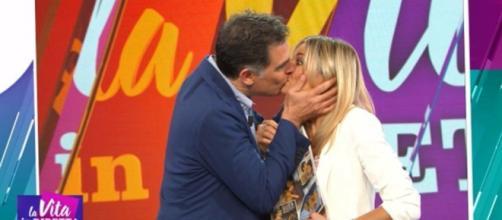 Tiberio Timperi bacia Francesca Fialdini a La Vita in diretta