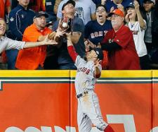 Mookie Betts metió el colmillo para robar a Houston un HR legal. MLB.com.