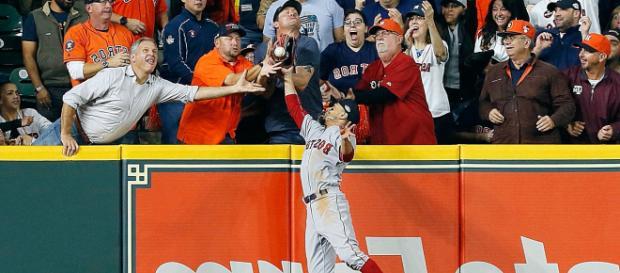 Mookie Betts metió el colmillo para robar a Houston un HR legal. MLB.com.