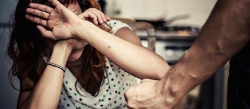 Genitori denunciano figlio torturatore per maltrattamenti.