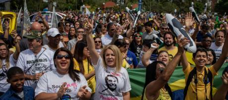 Apesar dos ataques, Bolsonaro tem melhorado desempenho junto ao eleitorado feminino.