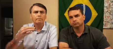 Bolsonaro fez a transmissão ao lado do filho, Flávio.