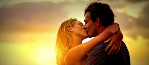 Algumas atitudes podem deixar os homens irritados durante o beijo (Foto: VIX)