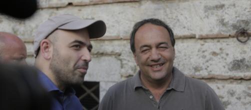 Roberto Saviano insieme a Domenico Lucano durante una recente visita a Riace