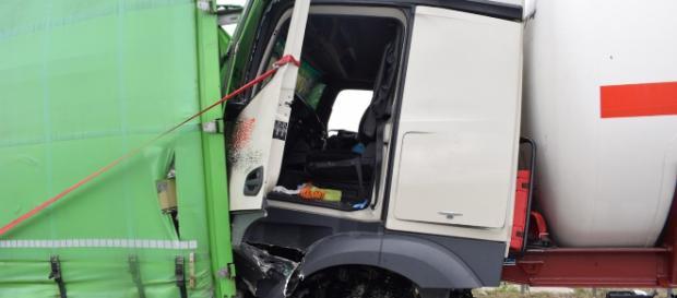 Der Lastwagenfahrer wurde eingeklemmt und musste durch die Feuerwehr befreit werden. Foto: Rhein-Neckar-Aktuell