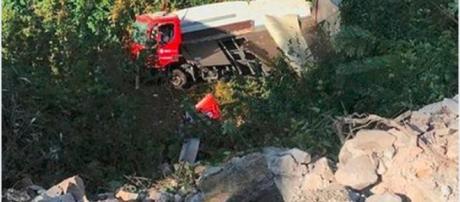 Camion del Corriere Bartolini vola giù dal ponte, morto l'autista: aveva sterzato per evitare un'auto - Il Mattino