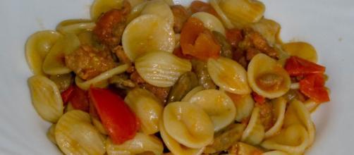 Orecchiette funghi, salsiccia e pomodorini