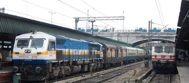 India, tragedia durante una festa religiosa: treno travolge centinaia di fedeli
