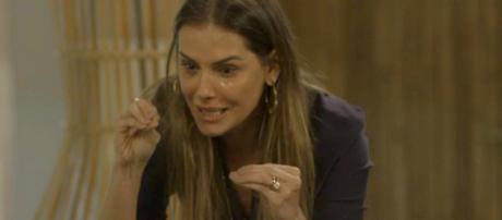 Karola questiona seu pai o motivo de ter sido abandonada