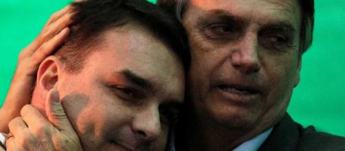 Flávio Bolsonaro com o pai, Jair Bolsonaro: em busca de explicações