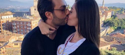 Gabriele Costanzo insieme con la fidanzata.
