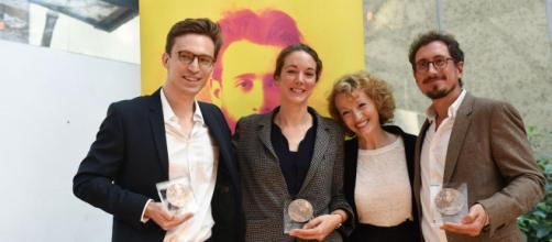 Les journalistes récompensés Jean-Baptiste Malet, Elise Vincent, et Christophe Barreyre posent avec Annick Cojean, présidente du jury (à droite)