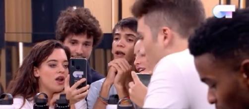Varios concursantes escuchan la maqueta de 'Somos'. / YouTube