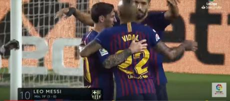 Vidal com Messi e Suárez [Imagem via YouTube]