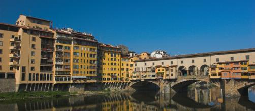Ponte Vecchio é um dos símbolos de Florença, a ponte atravessa o Rio Arno.