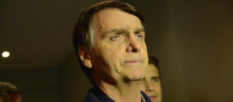 Jair Bolsonaro reagiu ao saber sobre desfecho de caso relacionado ao caso da jovem marcada com suástica