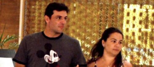 Rodrigo Lombardi e esposa em passeio no Shopping.