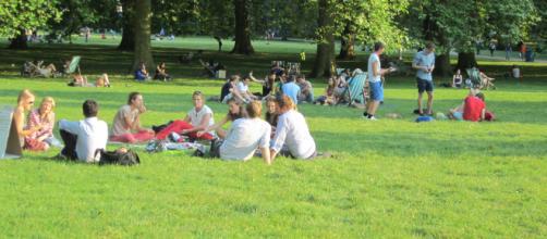 Optar por fazer piquenique em parques também é uma forma de economizar