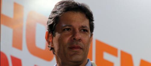 O candidato Fernando Haddad em comício
