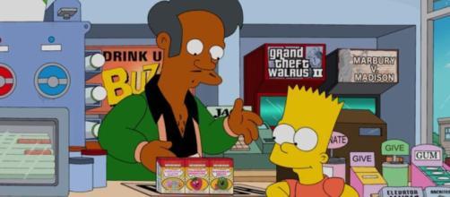 Apu mostrando sus artículos a Bart Simpson en el Badulake.
