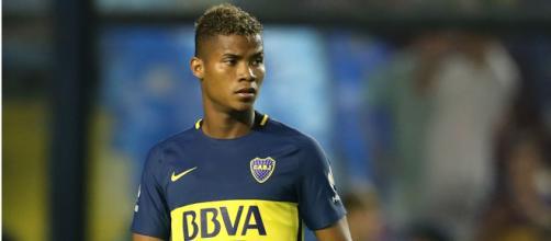 Barrios, disputando un partido con Boca Juniors