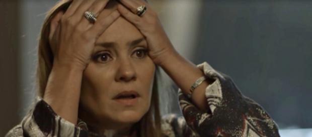 Laureta fica desesperada ao ver o dinheiro pegado fogo. (foto reprodução).