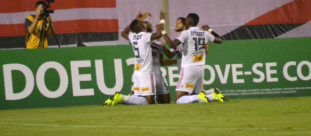 São Paulo vence Vitória e quebra jejum de 6 jogos sem vencer