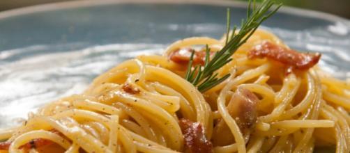 Receita tradicional italiana, macarrão à carbonara é saboroso, mas é calórico
