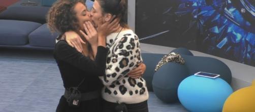 Il bacio saffico tra Giulia Salemi e Martina Hamdy indigna Monte