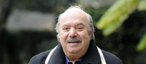 Lino Banfi finisce sulla sedia a rotelle: un compleanno con scivolone - fanpage.it