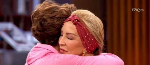 Lomana, expulsada de 'MasterChef Celebrity', se abraza a Antonia Dell'Atte. / RTVE