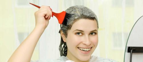 Pintar o cabelo é uma das poucas coisas possíveis de fazer em casa.