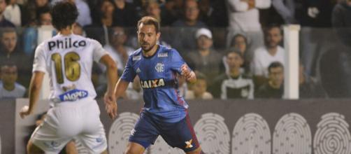 Everton Ribeiro e Dodô em partida válida pelo Brasileirão 2018.